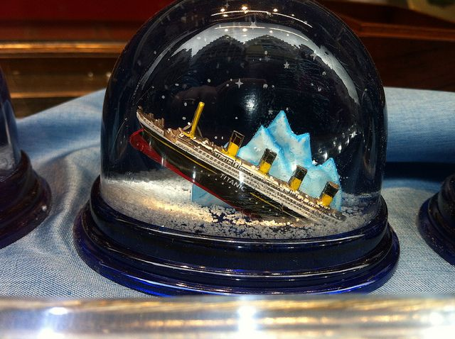 Titanic snow globe | Bola de nieve, Globos de nieve y Fondos de ...
