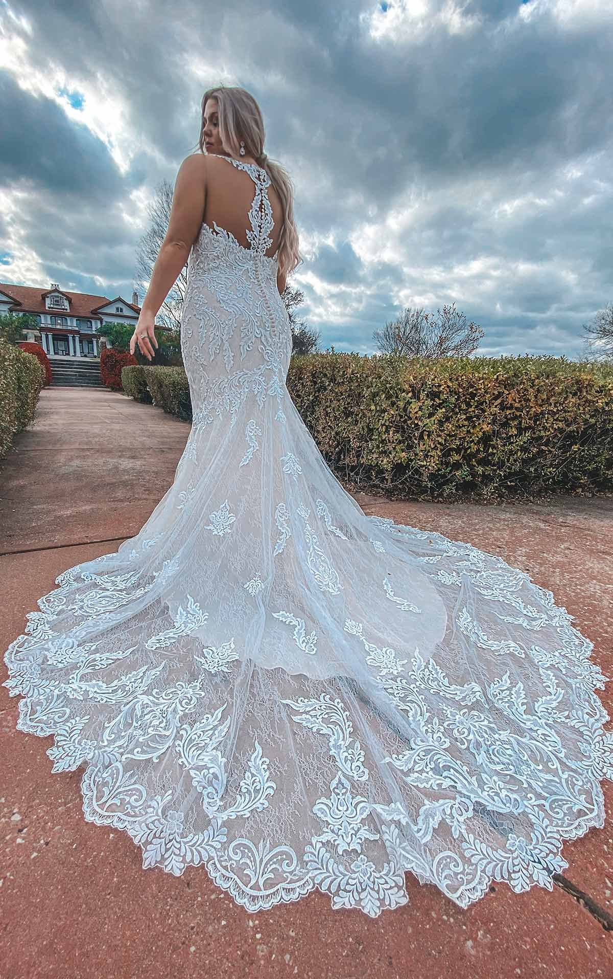 Lace Halter Plus Size Wedding Dress With Back Detail Stella York Wedding Dresses Fitted Lace Wedding Dress Wedding Dresses Lace Wedding Dress Brands [ 1914 x 1200 Pixel ]