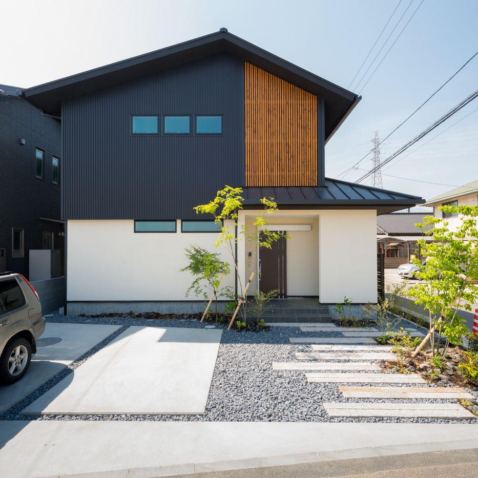 シンプルながらも檜の格子と 引き戸の玄関で和の雰囲気を感じさせます