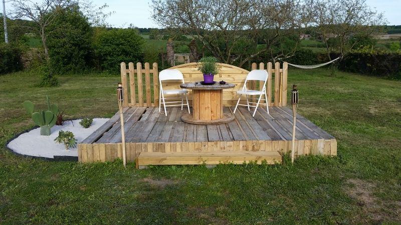 Terrasse et pergola en palette et bois de récupération | Pergola ...