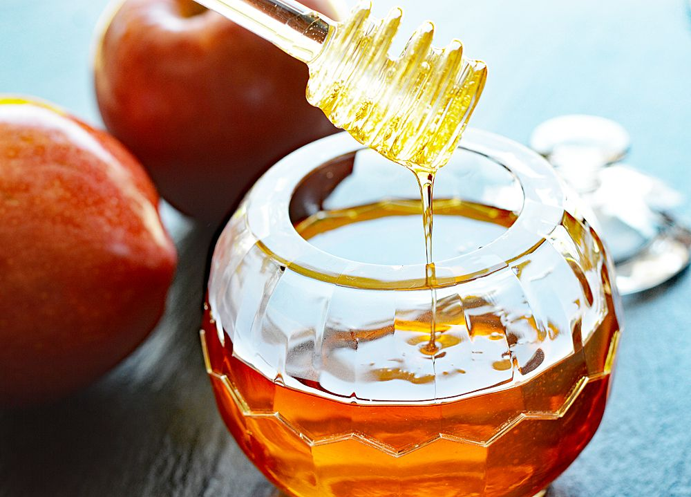 This Vegan Apple Honey Is Made Simply With Pure Apple Juice Either Homemade Or Store Bought Sugar And Lemo Vegan Honey Recipe Apple Honey Recipe Vegan Jelly
