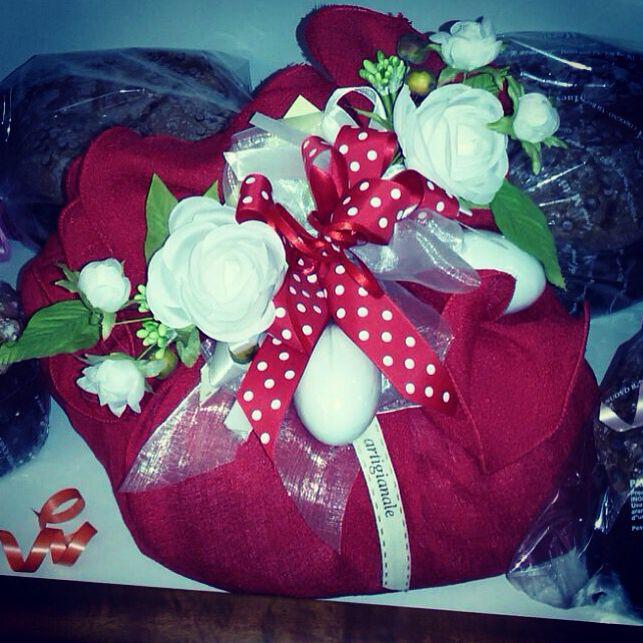 E chi l'ha detto che il rosso si usa solo Natale... #giftideas #colomba #colombaartigianale #colombaartigianaledecorata#gifts #easter #easteregg #italy #italianfood #italianstyle #italy #panettone #bakery #bakerylife