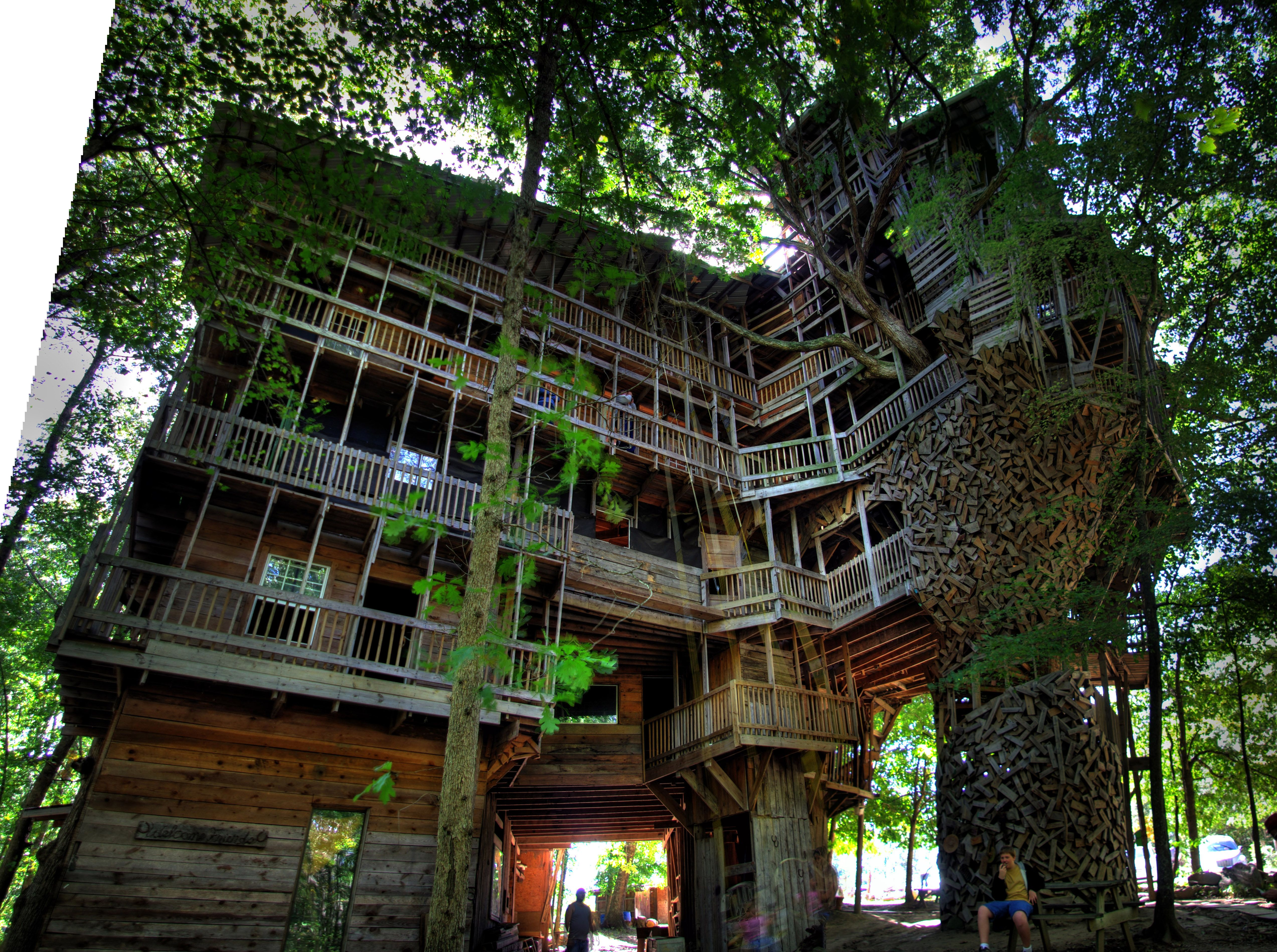 the worlds largest tree house the ministers house in crossville tennessee the largest tree house in the world the ministers house measures over 97