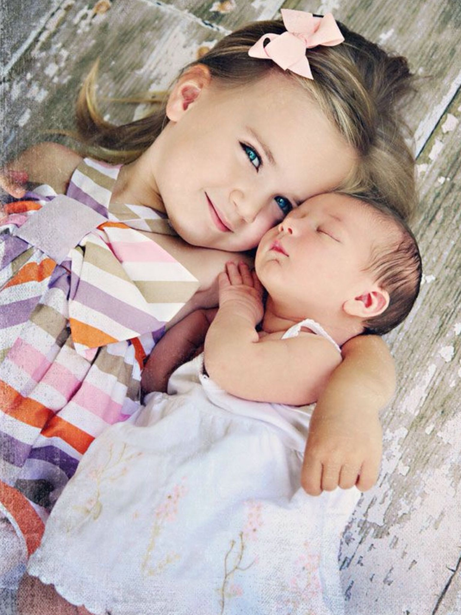 Omg! Love this photo idea of big sister and little sister!