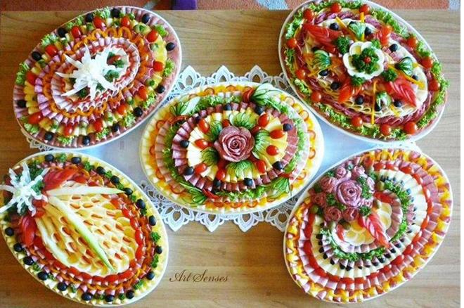 Półmiski Z Wędlinami Ciasta I Dekoracje Jedzenie