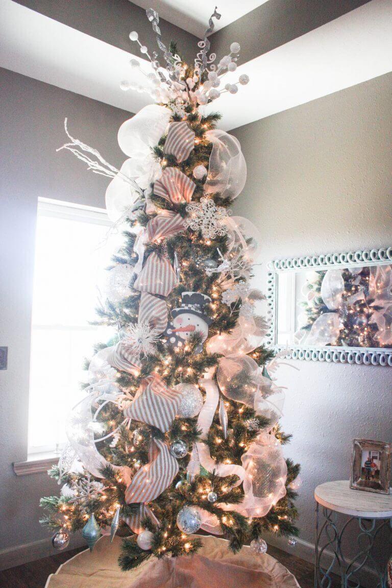 25 Inexpensive Christmas Tree Decorating Ideas Farmfoodfamily Mesh Christmas Tree Christmas Tree Decorations Christmas Tree