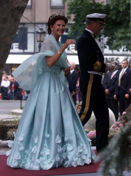 Queen Silvia and King Carl Gustaf of Sweden arrive at Oslo Cathedral for the wedding ceremony; wedding of Crown Prince Haakon of Norway and ms. Mette-Marit Tjessem Høiby, August 25th 2001
