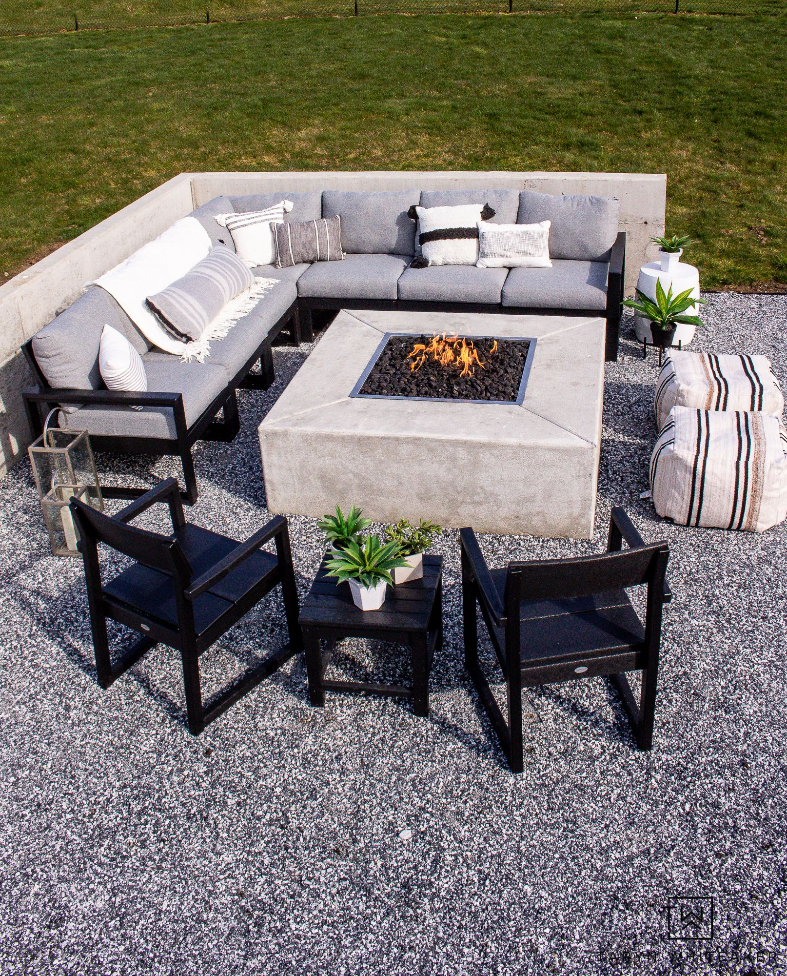 Modern Outdoor Fire Pit Seating Area In 2021 Fire Pit Seating Area Outdoor Fire Pit Seating Modern Outdoor Firepit Modern outdoor fire pit set