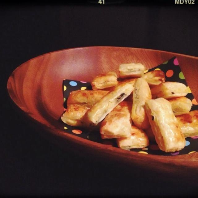 おはようございます 3月だというのに雪降ってますー(。-_-。) 今日の置きオヤツは手抜きパイ、お芋versionです。 湯がいて冷凍してあったサツマイモをZIPロックのまま解凍。 そこにバター放り込んでチン。ハチミツ、生クリーム、黒ゴマ放り込んで他の用事しながらモミモミ‥子供に託してモミモミ‥。 これを、レシピのカボチャと置き換えて‥♬ タルトに乗せたりする時は‥ZIPロックに絞り口つけて使います(o^^o)必殺時短技!笑笑 今日も皆さん、ハッピーに過ごせますように‥(o^^o) - 311件のもぐもぐ - 時短♪ZIPロックdeスイートポテトパイ by さわこ