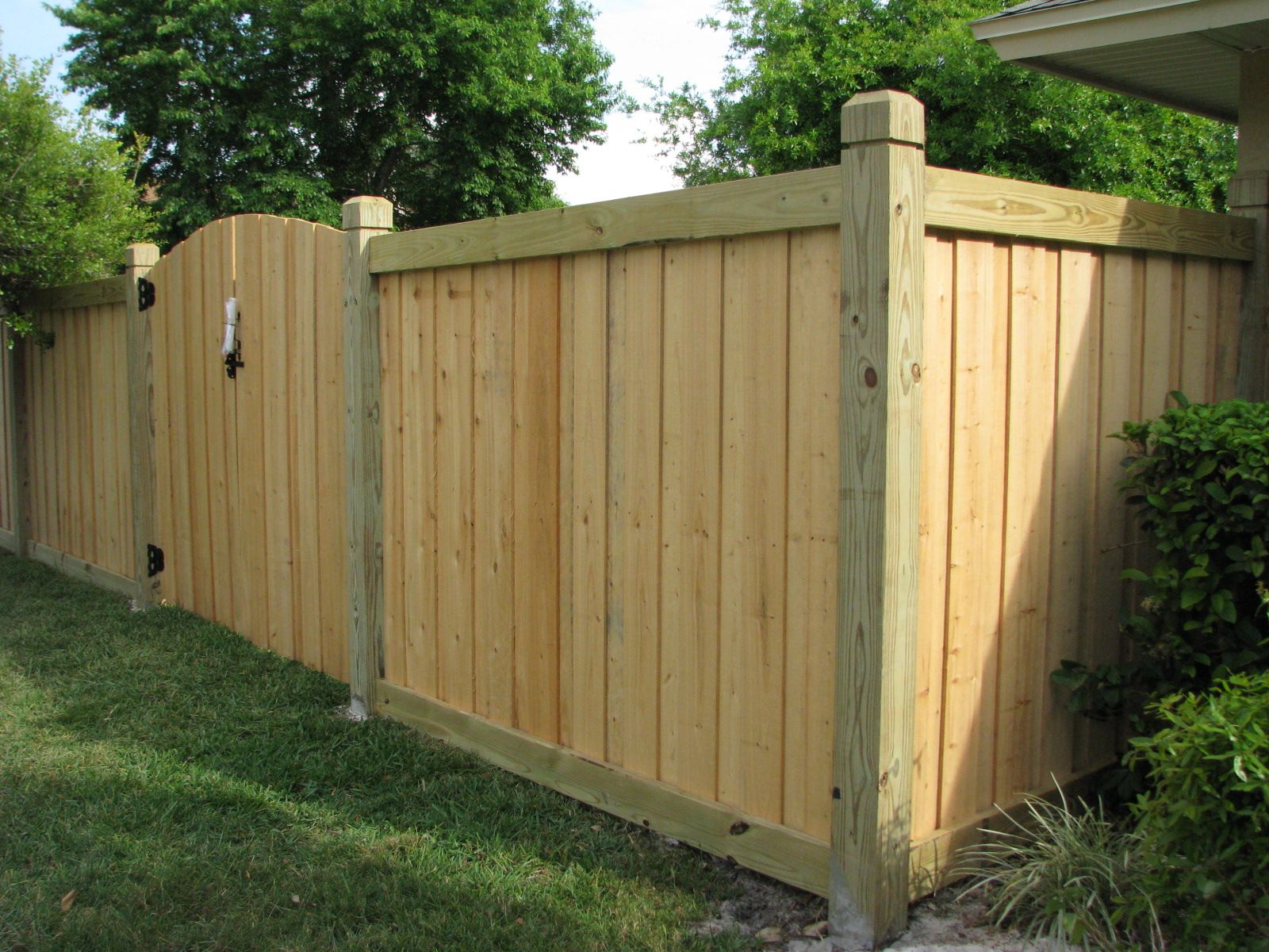 Wood Capped Board On Board Fence Mossy Oak Fence Company Orlando Melbourne Fl Fence Gate Design Fence Design Wood Privacy Fence