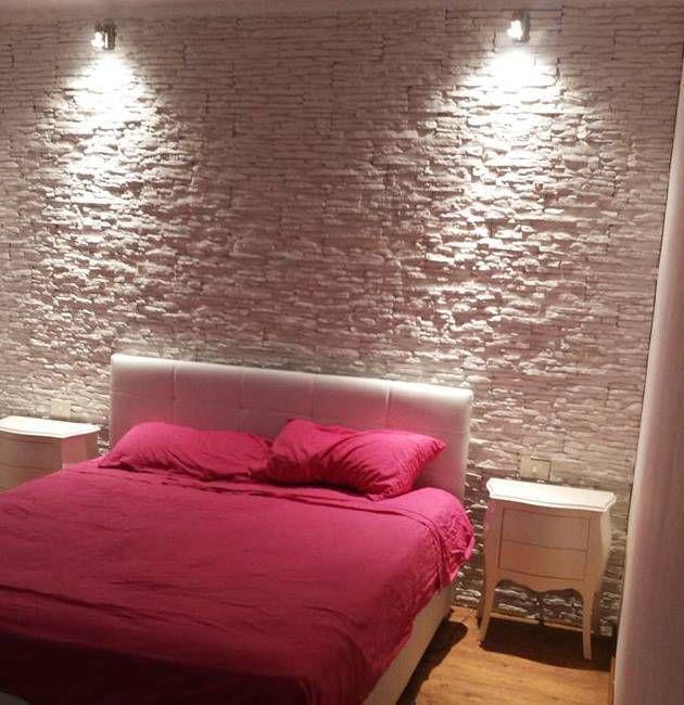Una parete di un soggiorno rivestita in mattoncino bianco ...