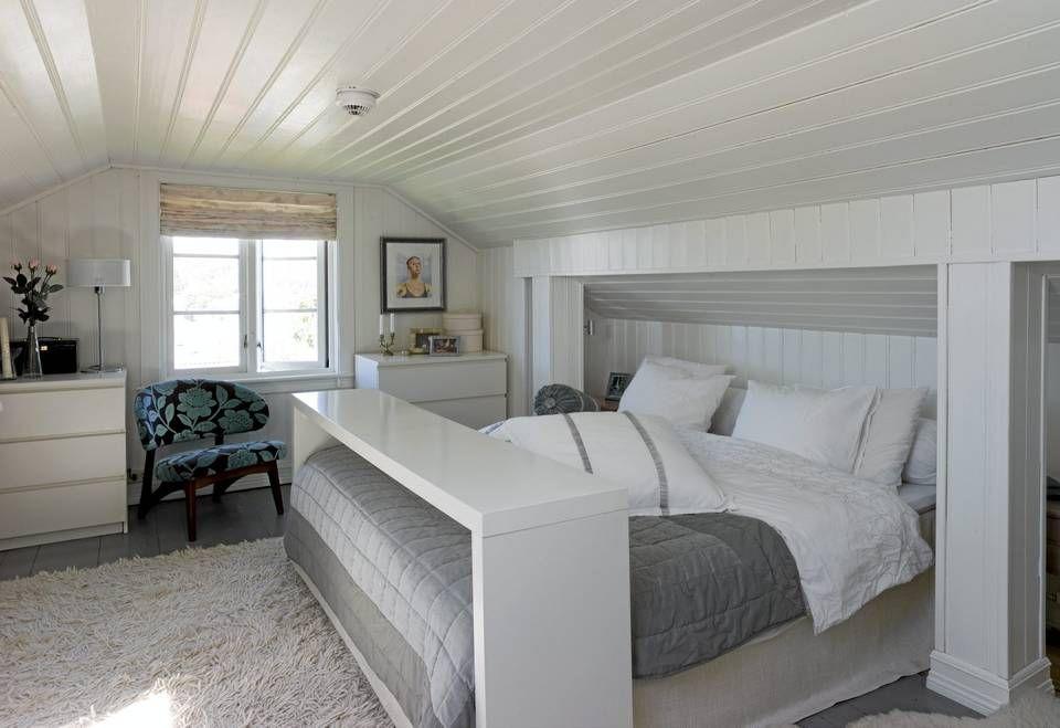 bord til seng VINDU MOT SOMMEREN. Sengen har interiørdesigneren bygget selv. Det  bord til seng