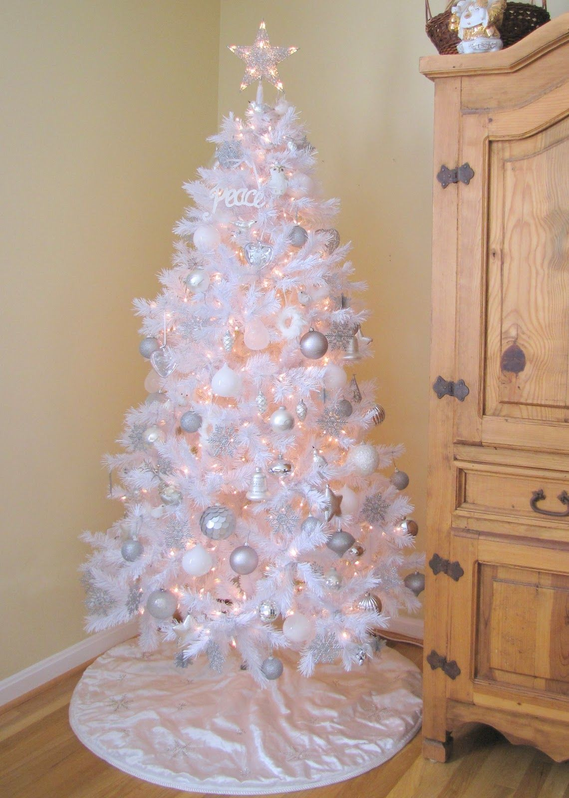 Interior The Best Beautiful Artificial Tree Design Ideas With Beautiful Old White And Ni White Christmas Tree Decorations White Christmas Trees White Xmas Tree