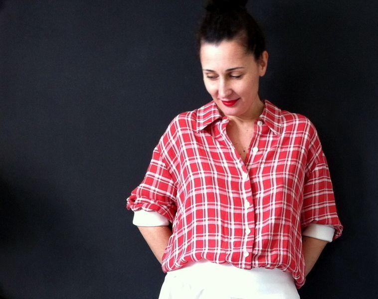 Die *Kurzarmbluse* Valery ist eine bequeme, schlichte, unkomplizierte, sportliche Bluse. Die je nach Stoff und Farbe auch sehr elegant wirkt. Sie l...