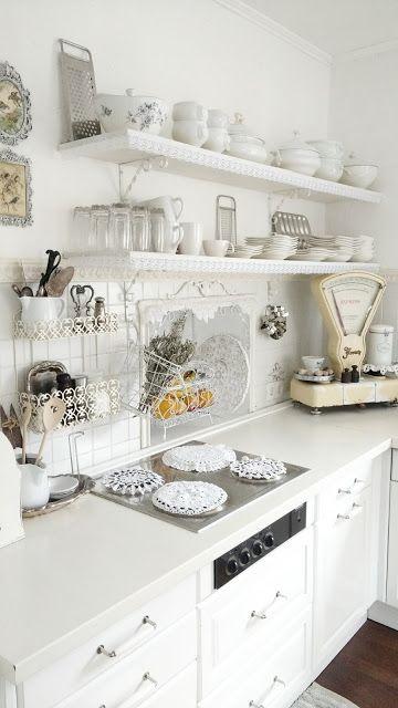 cocina blanca de Little White Castle de Kuni compartida en www