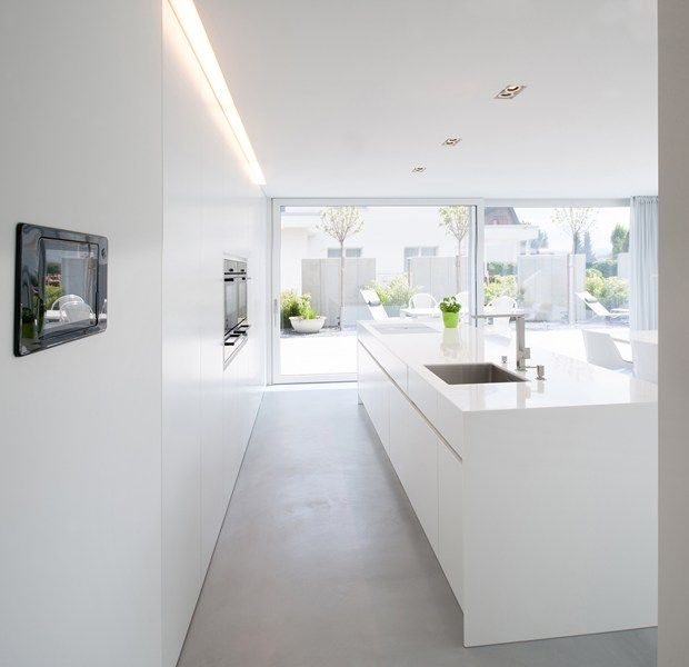 Simple lines, clear structures and plain shapes. Colour concept: White A house in Switzerland: discreet design in combination with HI-MACS®