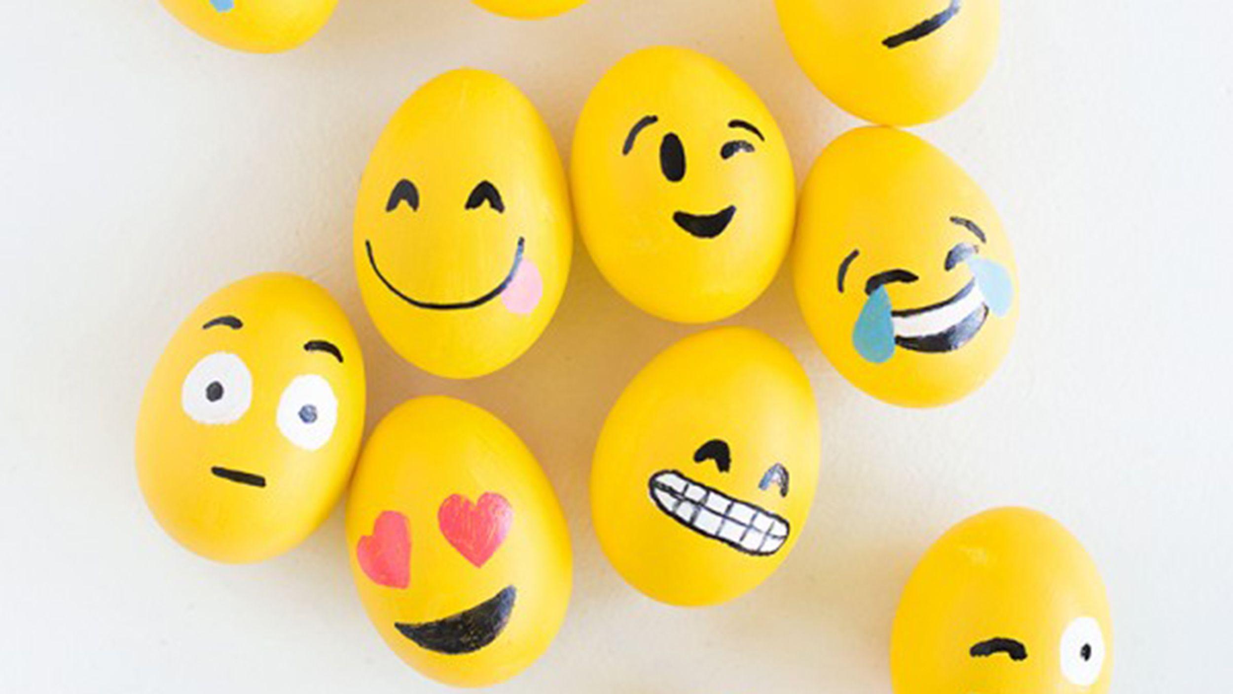 Emoji Easter eggs! Make this Pinterest-worthy DIY