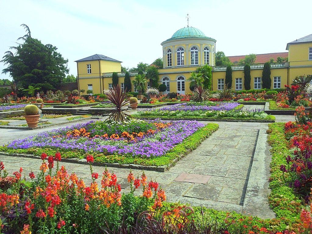 Sommerliche Ansicht Auf Das Historische Hauptgebaude Im Berggarten Hannover Herrenhausen Aufgenommen Und Gepinnt Vom Immobilien Hannover Garten Grosser Garten