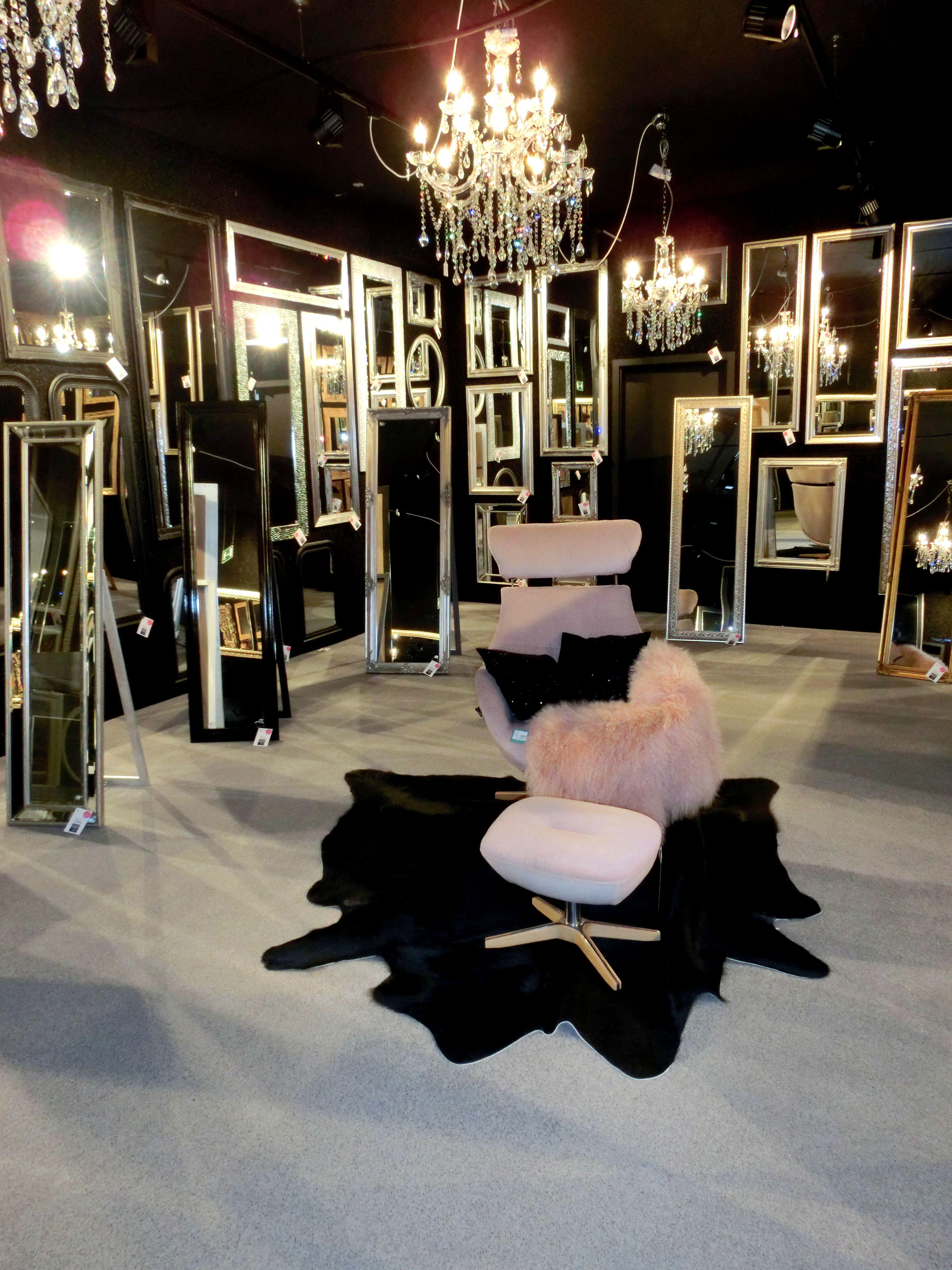 Jetzt Wird Es Pompos Heute Prasentieren Wir Euch Unser Neues Spiegel Kabinett Wir Haben Fur Alle Geschmacker Den Passenden Spiege Mobel Einrichtung Haus