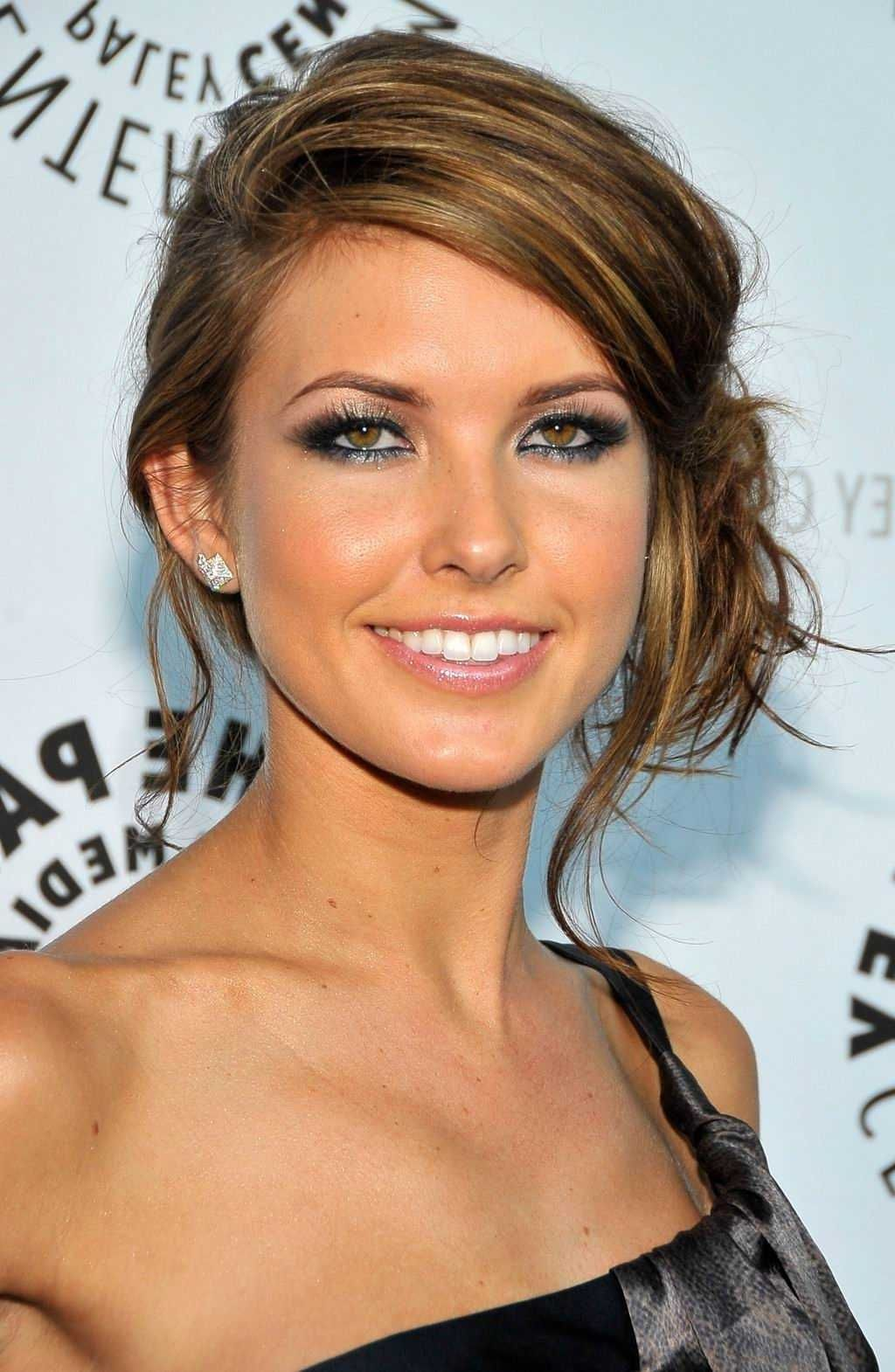Easy DO with elegant look of Side Bun Hairstyle : Simple Hairstyle Ideas For Women and Man ...