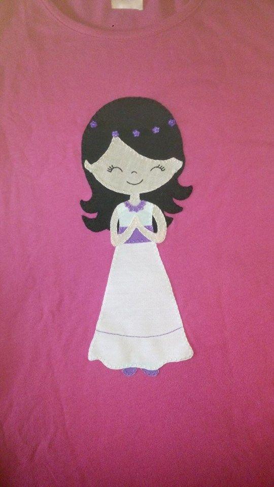 "Camiseta con muñeca de comunión realizada en patchwork. Facebook; Camisetas decoradas ""ME GUSTA"""