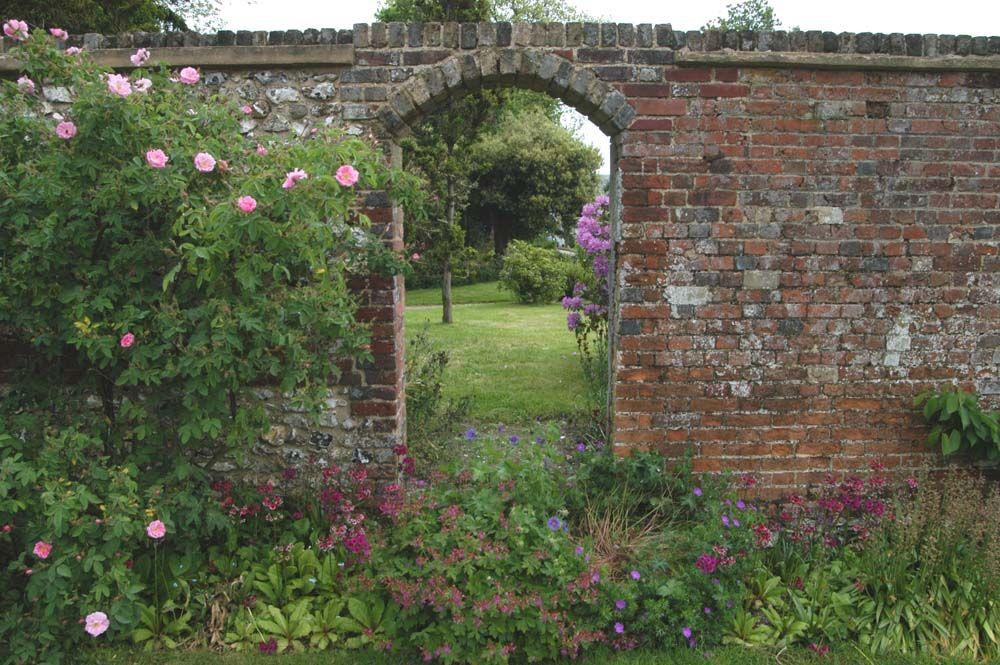 exceptional garden brick wall garden pinterest. Black Bedroom Furniture Sets. Home Design Ideas