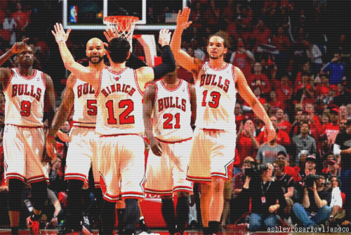 kirk hinrich going for high fives from joakim noah, carlos