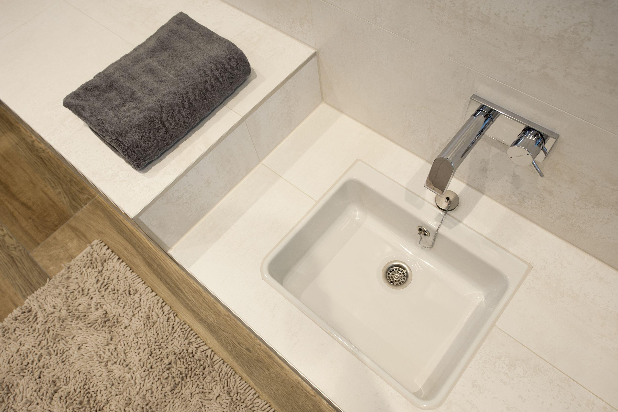 Gemauerte Sitzbank Mit Fusswaschbecken Fliesenboden In Holzoptik Komfortable Einbauwanne Frei Begehbare Dusch Begehbare Dusche Fliesenboden Spiegelschrank