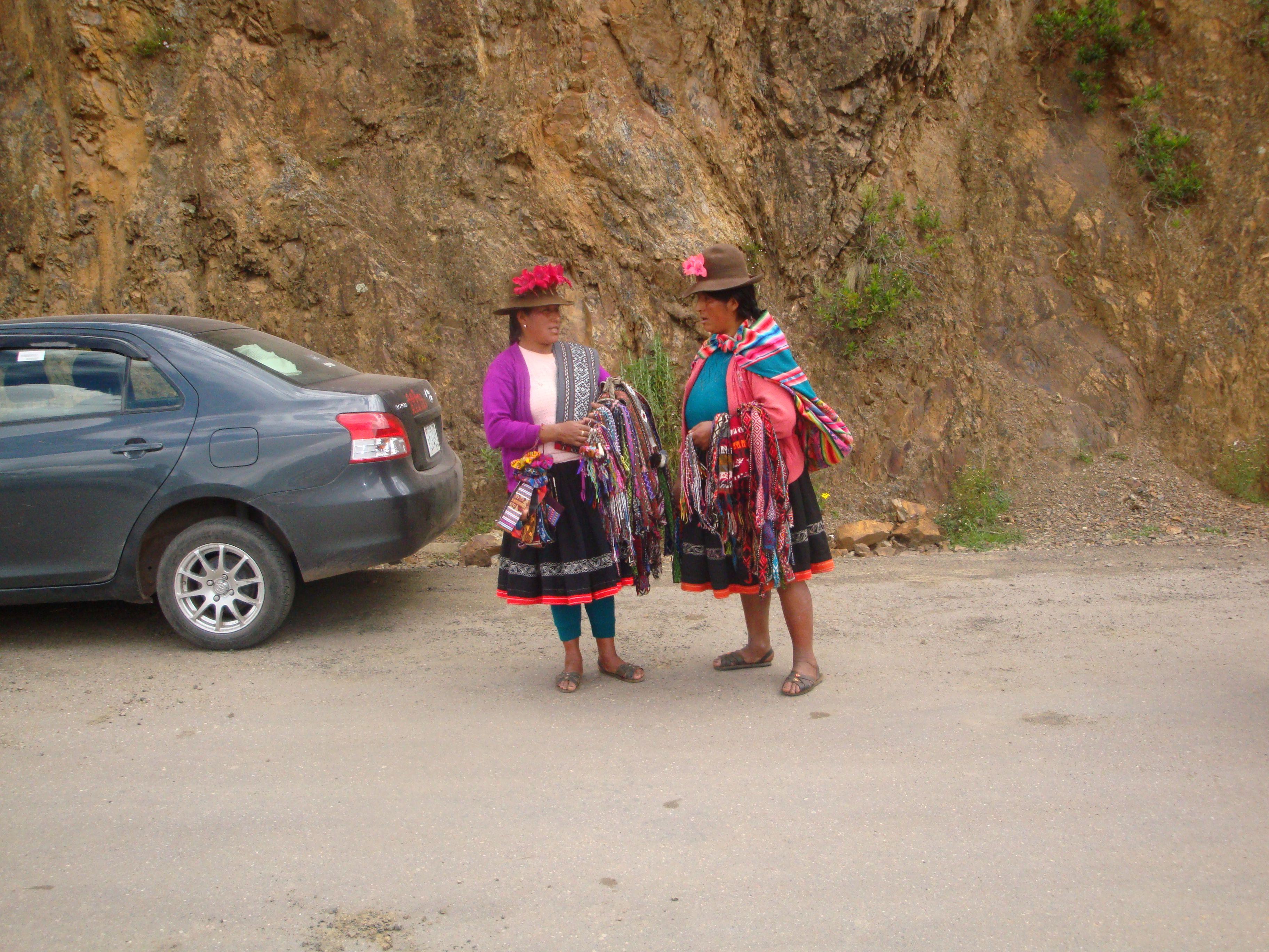Peruanas esbanjam no colorido de suas vestes e no das bujingangas à venda. Peru-2
