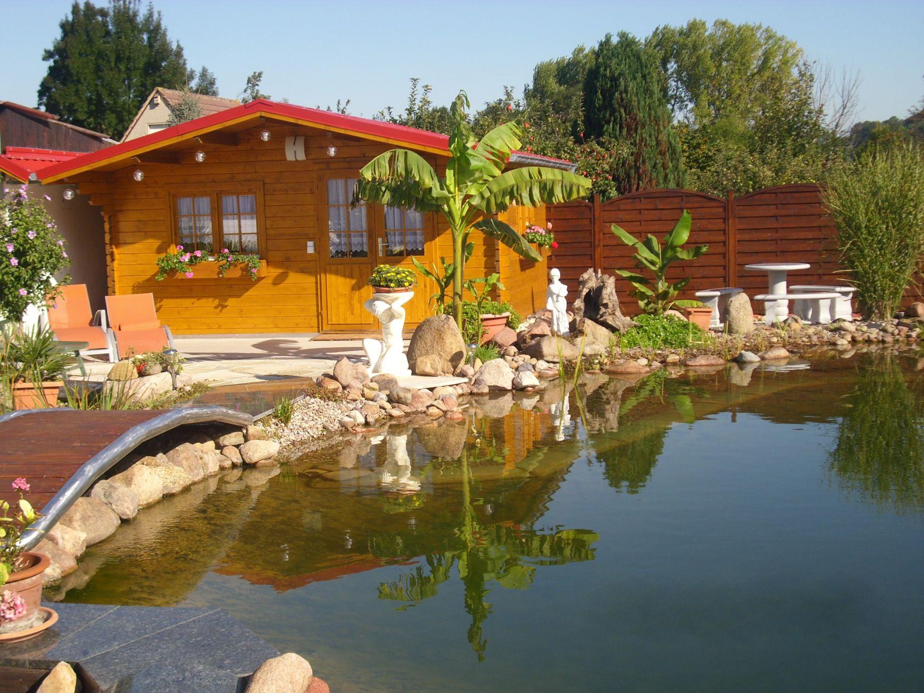 Ein mediterranes Gartenparadies. Zum Gartenhaus gelangt man über ...