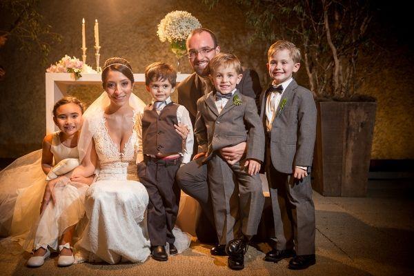 Noivos, daminhas e pajens. Casamento de Felipe Garibaldi e Natália Serrano. Foto: Ricardo Hara