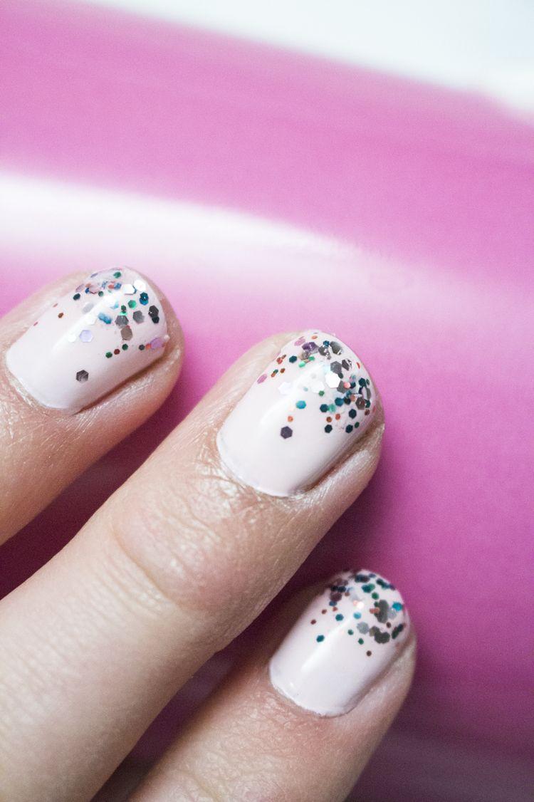 Konfetti, Schablonen und Sticker auf den Fingernägeln   Nageldesign ...