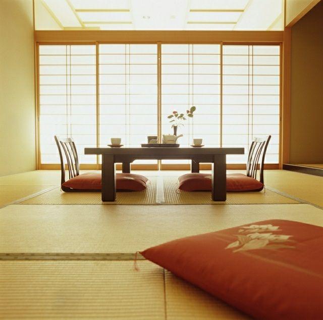 Niedriger esstisch und bequeme orangen sitzkissen am boden inneneinrichtung pinterest - Japanisches wohnzimmer ...