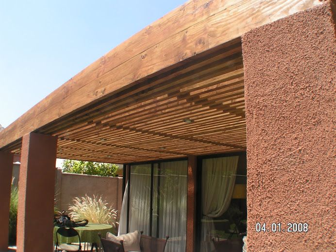 Pergola con techo americano y pilares de cemento for Cobertizo de jardin de techo plano de pvc