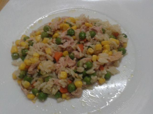 Salada de arroz com atum