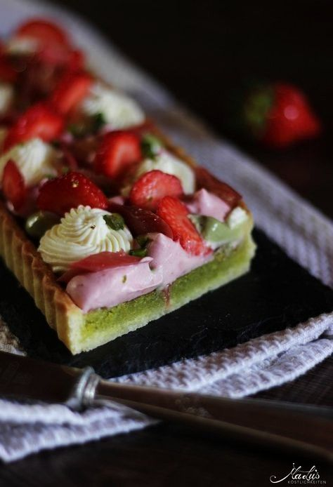 tart with strawberries, rhubarb and various mascarpone creams - Maren Lubbe - Delicious delicacies