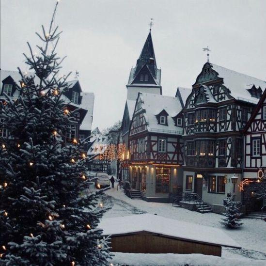 Christmas Aesthetic - Cozy Lights Disney Vintage Christmas Wallpaper Ideas #christmasaesthetic