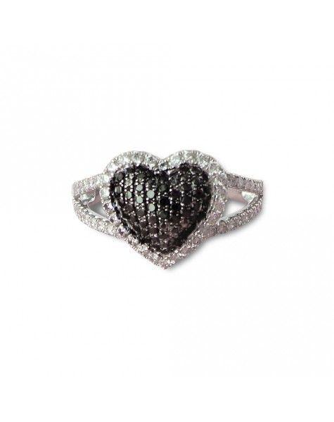 Un anillo que lo dice todo. Esta pieza, que pertenece a la colección In Love de Tomas Colomer, es una joya impresionante, femenina y sofisticada. Hecha de oro blanco, está compuesta por diamantes de talla brillante incoloros y negros.