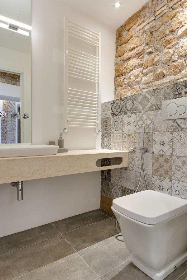 Combinación de azulejos con piedra y mármol en baño actual ...