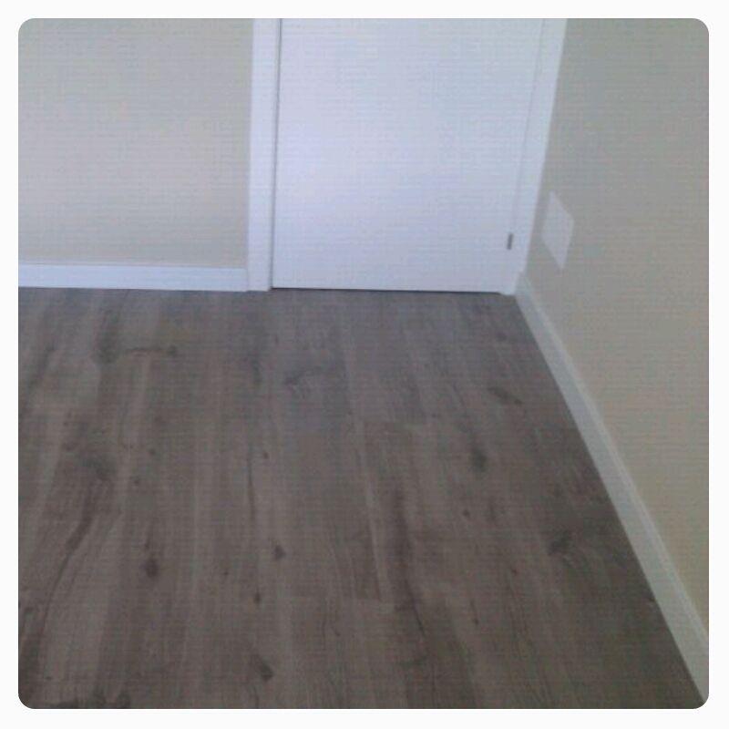 Tarima flotante nogal gris ideas para el hogar - Suelo gris puertas blancas ...
