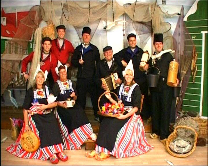 Goede Familie Foto in Volendamse Klederdracht. Volendam. (With images BW-37