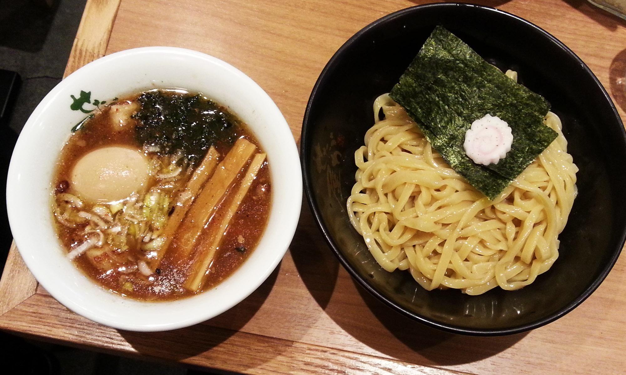 2시간의 오픈카(카트) 질주로 몸이 으슬으슬~ ㅎㅎ 따뜻한 국물이 땡겼어요. 도쿄에 왔으니 본토 라멘을 먹어봐야죠!!    국물과 면이 다른 접시에 담겨 나오는 '츠케멘'과 모든 토핑이 듬뿍 들어간 '라멘'을 시켰어요.   저는 츠