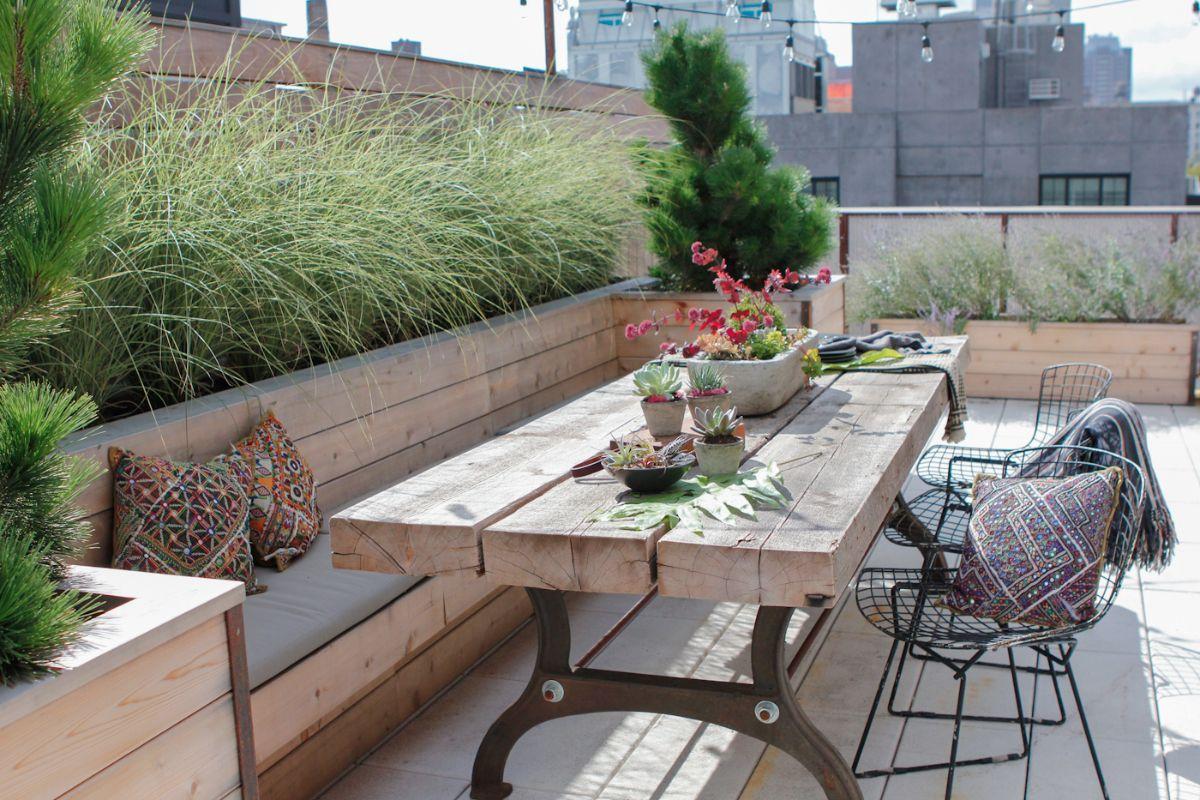 Swoon - Rooftop Terrace In Brooklyn Eckbank auf Dachterasse, seitliche Bepflanzung zur AbgrenzungEckbank auf Dachterasse, seitliche Bepflanzung zur Abgrenzung