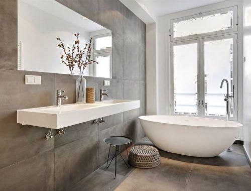 Badkamer Tegel Betonlook : Minimalistische badkamer met betonlook tegels bad gäste wc