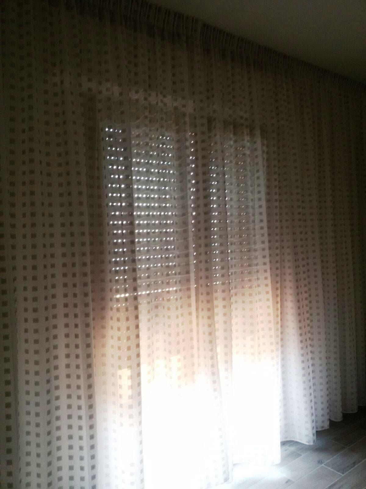 Tende moderne bianche su binario a soffitto tende da - Tende abbinate al copriletto ...