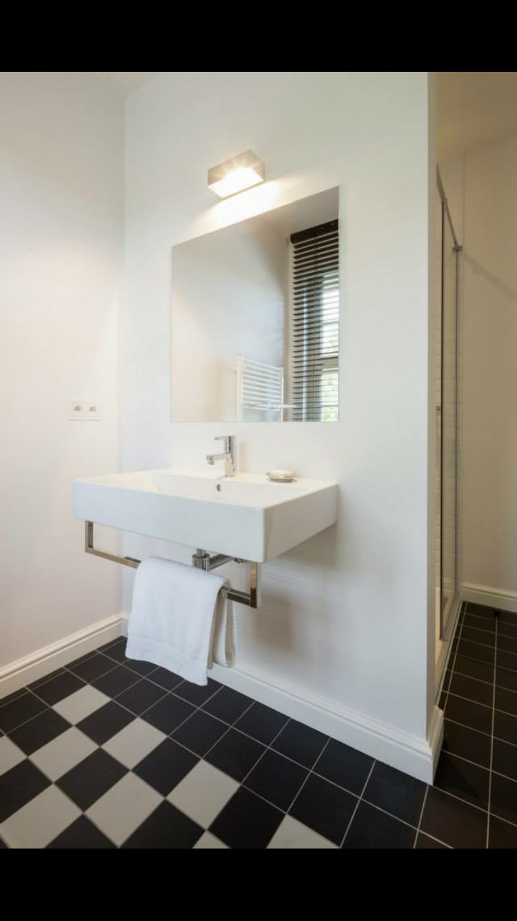 Badkamer met natuursteen in dambordpatroon  www.vl-construct.be
