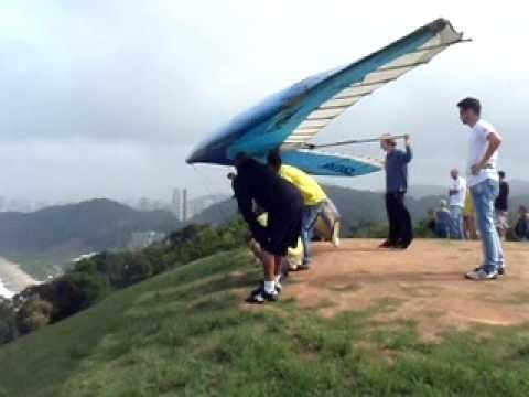 Instrutor erra e parapente é levado por rajada de vento (momentos de desespero) - YouTube