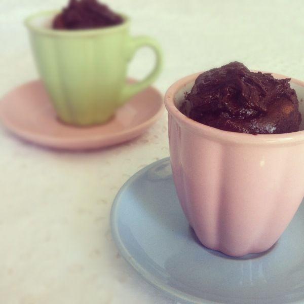 Bolo de chocolate na xicrinha: mais charmoso e menos calórico. Veja receita.
