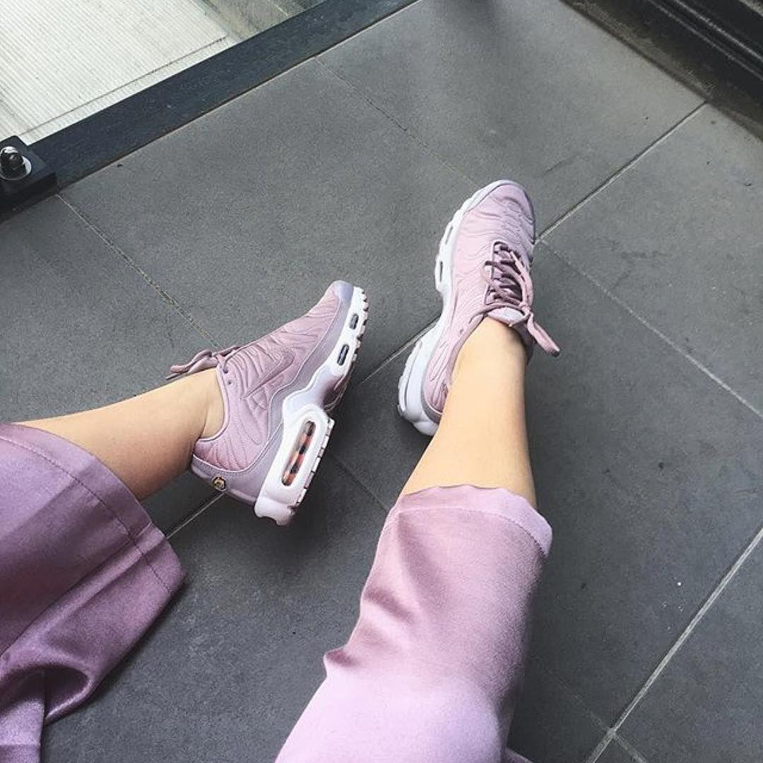 Sneakers femme - Nike Air Max Plus Satin (©lookingfordebussy)