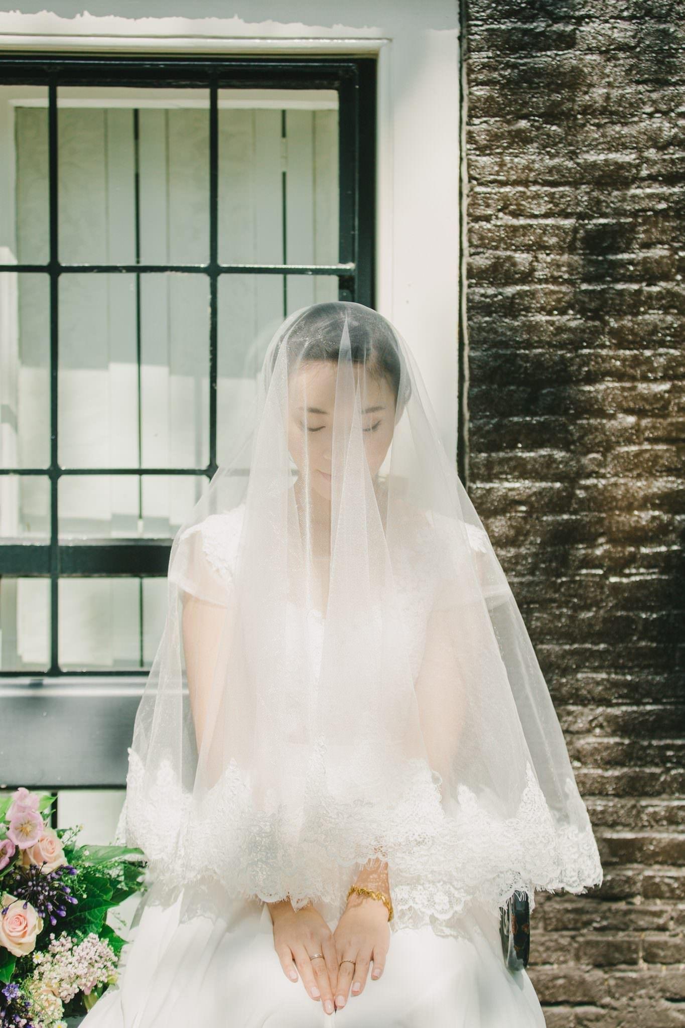 オランダ運河の街で行われたおとぎの国のようなロケーションフォト Charming Canal Wedding Photoshoot In Holland ウェディングドレス 結婚式の写真撮影 ウェディングファッション